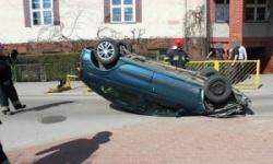 Renault uderzył w barierki i dachował [foto]
